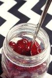 Glace Kirschen in einem Weinleseglas obenliegend Stockbild