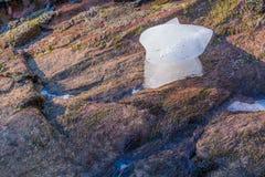 Glace laissée sur des roches Photo stock
