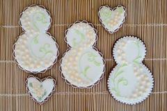Glace-med is hemlagade kakor på beige bakgrund royaltyfria bilder