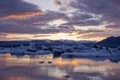 Glace par le coucher du soleil dans Jökulsárlón Photos libres de droits