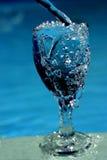 Glace remplissante de l'eau Image stock