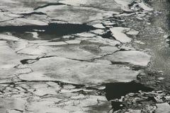 Glace se cassant sur un lac congelé Photos stock