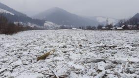 Glace sur la rivière Bistrita en Roumanie Photographie stock libre de droits