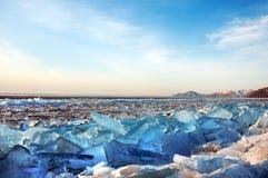 Glace sur la surface du lac Baïkal Photo stock