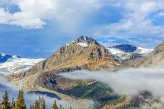 Glace sur le dessus de montagne avec des nuages Images libres de droits
