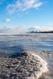 glace sur le lac Michigan avec l'horizon de Chicago à l'arrière-plan image libre de droits
