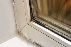 Glace sur le plan rapproché, l'avant et le fond en plastique de fenêtre brouillés avec l'effet de bokeh image libre de droits