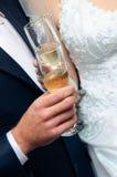 Glaces avec du vin dans des mains Photo stock