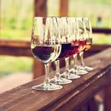 Glaces avec du vin Vin rouge, rose, blanc en verres Image stock