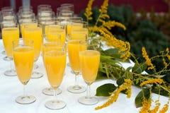 Glaces avec le champagne et le jus d'orange sur le mariage Photographie stock