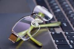 Glaces d'oeil sur l'ordinateur portatif Images libres de droits