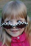 Glaces d'usure de petite fille Photographie stock