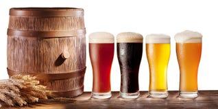 Glaces de bière avec un baril en bois. Photographie stock libre de droits