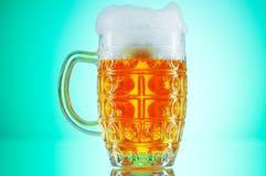 Glaces de bière contre le gradient coloré Photographie stock