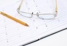 Glaces de cahier et crayon jaune Photos stock