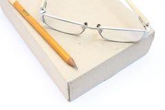 Glaces de cahier et crayon jaune sur le cadre Photographie stock libre de droits