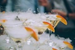 Glaces de Champagne Épousant le champagne de glissière pour des jeunes mariés dehors Verres les épousant colorés avec le champagn Photo stock