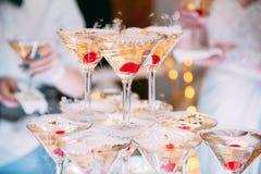 Glaces de Champagne Épouser le champagne de glissière pour des jeunes mariés Verres les épousant colorés avec le champagne Servic Photos libres de droits
