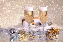 Glaces de champagne avec des cadeaux de bande d'or Photo libre de droits