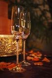 Glaces de Champagne et gâteau de mariage Photographie stock libre de droits