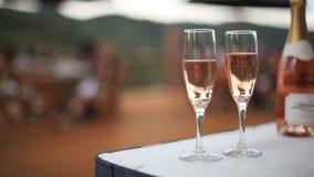 Glaces de Champagne sur la table banque de vidéos