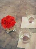 Glaces de l'eau sur une table Image stock