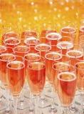 Glaces de vin avec du jus sur la table Photo stock