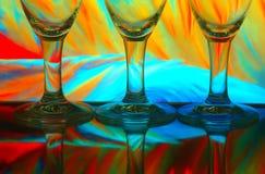 Glaces de vin avec le fond coloré image stock