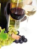 Glaces de vin blanc et rosé et de raisins au-dessus de blanc Photographie stock libre de droits