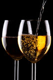 Glaces de vin blanc sur le noir Images stock