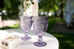 Glaces de vin Deux verres de vin royaux lilas de vintage Images stock