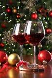 Glaces de vin rouge devant l'arbre de Noël photographie stock libre de droits