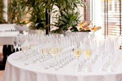 Glaces de vin sur la table Photo libre de droits