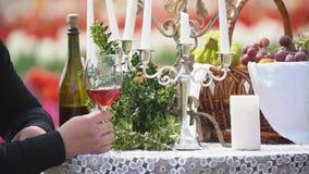 Glaces de vin sur la table clips vidéos