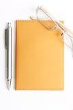 Glaces et crayon lecteur de cahier sur le blanc Images stock
