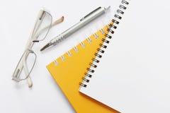 Glaces et crayon lecteur de cahier sur le kground blanc Photographie stock libre de droits