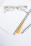 Glaces et crayon lecteur de cahier sur le kground blanc Photo libre de droits