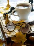 Glaces et cuvette de cofee photos stock