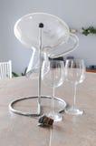 Glaces et décanteur de vin Photographie stock libre de droits