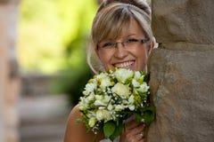 Glaces gentilles de jeune mariée d'une forte poitrine Image libre de droits