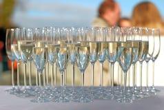 Glaces remplies de champagne sur une réception de cocktail photo stock