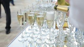 Glaces remplissantes de Champagne banque de vidéos
