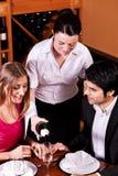 Glaces remplissantes de serveuse avec le champagne photos stock