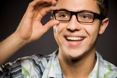 Glaces s'usantes de jeune homme photo libre de droits