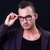 Glaces s'usantes de jeune homme Photographie stock libre de droits