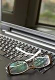Glaces sur le clavier d'ordinateur portable photographie stock