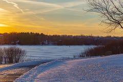 Glacez la pêche l'hiver gelé 2017 de Zorinsky de lac en Omaha Nebraska Etats-Unis photos libres de droits