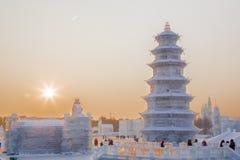 Glacez la pagoda au coucher du soleil au festival de glace à Harbin Photo stock