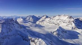 Glacez la vallée d'écoulement dans la vue d'hélicoptère de région de Jungfrau en hiver Photos libres de droits
