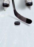 Glacez le bâton de hockey et le galet sur la glace avec l'espace de copie photographie stock